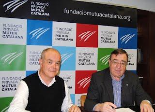 Jordi Piqué (esquerra) representant del CEHSGO i el president de la Fundació, Joan Josep Marca, en l'acte de signatura del conveni
